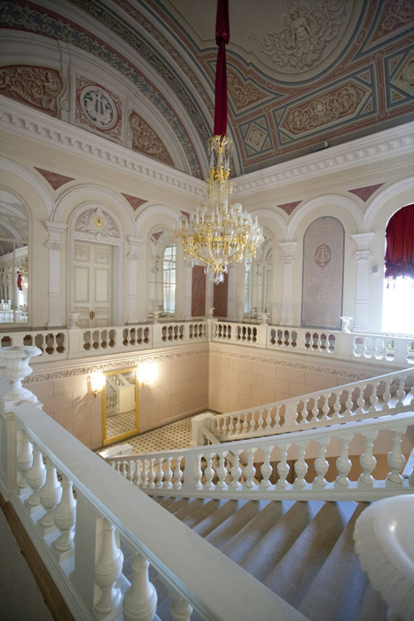 Grand_escalier_du_Theatre_National_du_Bolchoï_à_Moscou__Russie