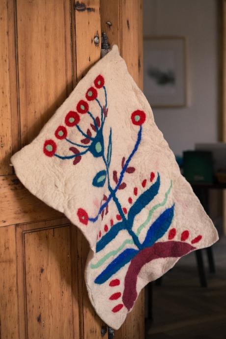 Când ceramica și împâslirea își găsesc firul roșu: colecția Origini, creată de Raluca Țincă